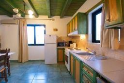 Кухня. Греция, Айя Марина : Прекрасная вилла с бассейном и зеленым двориком с барбекю, 3 спальни, 3 ванные комнаты, джакузи, парковка, Wi-Fi