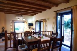 Обеденная зона. Греция, Коккино Хорио : Прекрасная вилла с бассейном и двориком с барбекю, 3 спальни, 3 ванные комнаты, парковка, Wi-Fi
