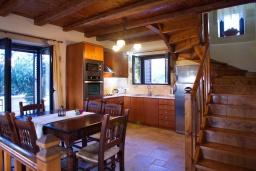 Кухня. Греция, Коккино Хорио : Прекрасная вилла с бассейном и двориком с барбекю, 3 спальни, 3 ванные комнаты, парковка, Wi-Fi