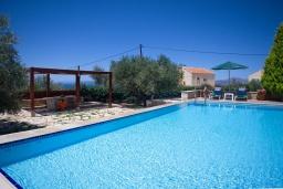 Бассейн. Греция, Коккино Хорио : Прекрасная вилла с бассейном и двориком с барбекю, 3 спальни, 3 ванные комнаты, парковка, Wi-Fi