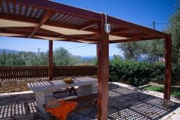 Терраса. Греция, Коккино Хорио : Прекрасная вилла с бассейном и двориком с барбекю, 3 спальни, 3 ванные комнаты, парковка, Wi-Fi