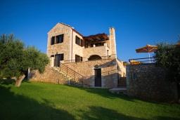Фасад дома. Греция, Коккино Хорио : Прекрасная вилла с бассейном и двориком с барбекю, 3 спальни, 3 ванные комнаты, парковка, Wi-Fi