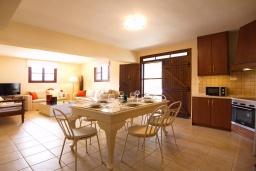 Кухня. Греция, Каливес : Прекрасная вилла с бассейном и приватным двориком с барбекю, 2 гостиные, 4 спальни, 2 ванные комнаты, парковка, Wi-Fi