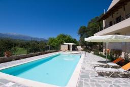 Бассейн. Греция, Каливес : Прекрасная вилла с бассейном и приватным двориком с барбекю, 2 гостиные, 4 спальни, 2 ванные комнаты, парковка, Wi-Fi