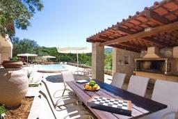 Зона отдыха у бассейна. Греция, Каливес : Прекрасная вилла с бассейном и приватным двориком с барбекю, 2 гостиные, 4 спальни, 2 ванные комнаты, парковка, Wi-Fi