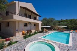 Фасад дома. Греция, Каливес : Прекрасная вилла с бассейном и приватным двориком с барбекю, 2 гостиные, 4 спальни, 2 ванные комнаты, парковка, Wi-Fi
