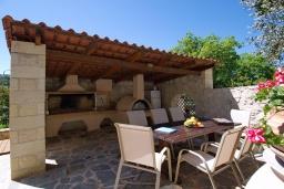 Обеденная зона. Греция, Каливес : Прекрасная вилла с бассейном и приватным двориком с барбекю, 2 гостиные, 4 спальни, 2 ванные комнаты, парковка, Wi-Fi