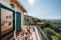 Балкон. Греция, Георгиуполис : Прекрасная вилла с бассейном и зеленым двориком с барбекю, 5 спален, 2 ванные комнаты, парковка, Wi-Fi