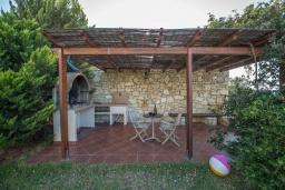 Терраса. Греция, Георгиуполис : Прекрасная вилла с бассейном и зеленым двориком с барбекю, 5 спален, 2 ванные комнаты, парковка, Wi-Fi