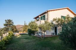 Фасад дома. Греция, Георгиуполис : Прекрасная вилла с бассейном и зеленым двориком с барбекю, 5 спален, 2 ванные комнаты, парковка, Wi-Fi