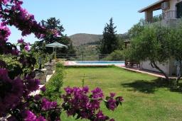 Территория. Греция, Георгиуполис : Прекрасная вилла с бассейном и зеленым двориком с барбекю, 5 спален, 2 ванные комнаты, парковка, Wi-Fi