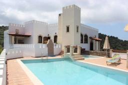 Фасад дома. Греция, Айя Марина : Прекрасная вилла с бассейном и двориком с барбекю, 4 спальни, 3 ванные комнаты, парковка, Wi-Fi