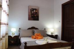 Спальня. Греция, Айя Марина : Прекрасная вилла с бассейном и двориком с барбекю, 4 спальни, 3 ванные комнаты, парковка, Wi-Fi
