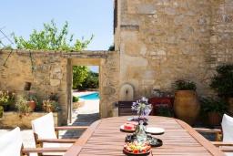 Обеденная зона. Греция, Панормо : Прекрасная вилла с бассейном и садом с барбекю, 4 спальни, 7 ванных комнат, парковка, Wi-Fi