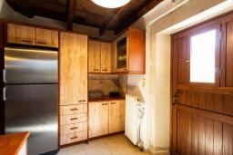 Кухня. Греция, Панормо : Прекрасная вилла с бассейном и садом с барбекю, 4 спальни, 7 ванных комнат, парковка, Wi-Fi