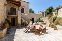 Фасад дома. Греция, Панормо : Прекрасная вилла с бассейном и садом с барбекю, 4 спальни, 7 ванных комнат, парковка, Wi-Fi