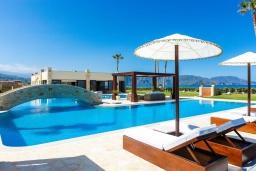 Бассейн. Греция, Георгиуполис : Роскошная пляжная вилла с большим бассейном, зеленым двориком и шикарным видом на море, 5 спален, 6 ванных комнат, парковка, Wi-Fi