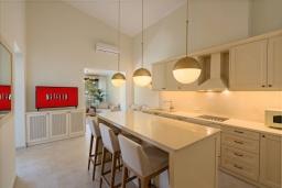 Кухня. Греция, Ретимно : Современная вилла в 100 метрах от пляжа с бассейн и приватным двориком с барбекю, 3 спальни, 3 ванные комнаты, джакузи, сауна, тренажерный зал, парковка, Wi-Fi