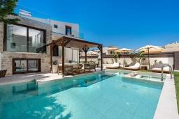 Бассейн. Греция, Ретимно : Современная вилла в 100 метрах от пляжа с бассейн и приватным двориком с барбекю, 3 спальни, 3 ванные комнаты, джакузи, сауна, тренажерный зал, парковка, Wi-Fi