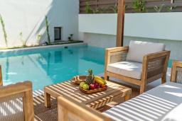 Зона отдыха у бассейна. Греция, Ретимно : Современная вилла в 100 метрах от пляжа с бассейн и приватным двориком с барбекю, 3 спальни, 3 ванные комнаты, джакузи, сауна, тренажерный зал, парковка, Wi-Fi