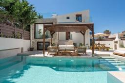 Фасад дома. Греция, Ретимно : Современная вилла в 100 метрах от пляжа с бассейн и приватным двориком с барбекю, 3 спальни, 3 ванные комнаты, джакузи, сауна, тренажерный зал, парковка, Wi-Fi