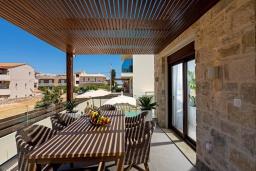Обеденная зона. Греция, Ретимно : Современная вилла в 100 метрах от пляжа с бассейн и приватным двориком с барбекю, 4 спальни, 4 ванные комнаты, джакузи, сауна, тренажерный зал, парковка, Wi-Fi
