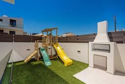 Детская площадка. Греция, Ретимно : Современная вилла в 100 метрах от пляжа с бассейн и приватным двориком с барбекю, 4 спальни, 4 ванные комнаты, джакузи, сауна, тренажерный зал, парковка, Wi-Fi