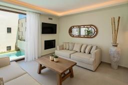 Гостиная. Греция, Ретимно : Современная вилла в 100 метрах от пляжа с бассейн и приватным двориком с барбекю, 4 спальни, 4 ванные комнаты, джакузи, сауна, тренажерный зал, парковка, Wi-Fi