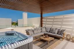 Патио. Греция, Ретимно : Современная вилла в 100 метрах от пляжа с бассейн и приватным двориком с барбекю, 4 спальни, 4 ванные комнаты, джакузи, сауна, тренажерный зал, парковка, Wi-Fi
