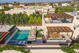 Фасад дома. Греция, Ретимно : Современная вилла в 100 метрах от пляжа с бассейн и приватным двориком с барбекю, 4 спальни, 4 ванные комнаты, джакузи, сауна, тренажерный зал, парковка, Wi-Fi
