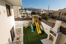 Территория. Греция, Ретимно : Современная вилла в 100 метрах от пляжа с бассейн и приватным двориком с барбекю, 4 спальни, 4 ванные комнаты, джакузи, сауна, тренажерный зал, парковка, Wi-Fi