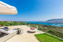 Территория. Греция, Ханья : Шикарная вилла с большим бассейном, зеленой территорией и панорамным видом на море, 5 спален, 5 ванных комнат, теннисный корт, парковка, Wi-Fi