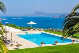 Бассейн. Греция, Ханья : Шикарная вилла с большим бассейном, зеленой территорией и панорамным видом на море, 5 спален, 5 ванных комнат, теннисный корт, парковка, Wi-Fi
