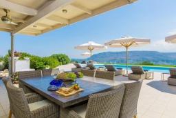 Обеденная зона. Греция, Ханья : Шикарная вилла с большим бассейном, зеленой территорией и панорамным видом на море, 5 спален, 5 ванных комнат, теннисный корт, парковка, Wi-Fi