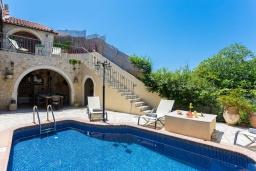 Фасад дома. Греция, Аделе : Прекрасная вилла с бассейном и двориком с барбекю, 5 спален, 4 ванные комнаты, парковка, Wi-Fi