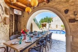 Обеденная зона. Греция, Аделе : Прекрасная вилла с бассейном и двориком с барбекю, 5 спален, 4 ванные комнаты, парковка, Wi-Fi