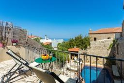 Балкон. Греция, Аделе : Прекрасная вилла с бассейном и двориком с барбекю, 5 спален, 4 ванные комнаты, парковка, Wi-Fi