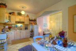Кухня. Греция, Ретимно : Уютная вилла в комплексе с общим бассейном и двориком с барбекю, 2 спальни, 2 ванные комнаты, парковка, Wi-Fi