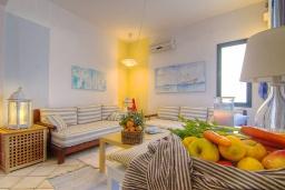Гостиная. Греция, Ретимно : Уютная вилла в комплексе с общим бассейном и двориком с барбекю, 2 спальни, 2 ванные комнаты, парковка, Wi-Fi