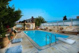 Бассейн. Греция, Ретимно : Уютная вилла в комплексе с общим бассейном и двориком с барбекю, с гостиной и отдельной спальней, парковка, Wi-Fi