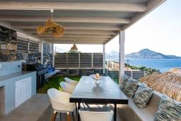 Обеденная зона. Греция, Плакиас : Современная вилла в 20 метрах от пляжа с бассейном и шикарным видом на море, 3 спальни, 3 ванные комнаты, барбекю, парковка, Wi-Fi