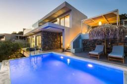 Фасад дома. Греция, Плакиас : Современная вилла в 20 метрах от пляжа с бассейном и шикарным видом на море, 3 спальни, 3 ванные комнаты, барбекю, парковка, Wi-Fi
