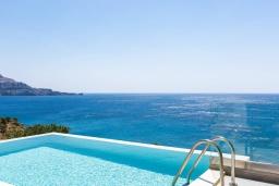 Бассейн. Греция, Плакиас : Современная вилла в 20 метрах от пляжа с бассейном и шикарным видом на море, 3 спальни, 3 ванные комнаты, барбекю, парковка, Wi-Fi