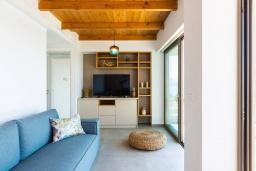 Гостиная. Греция, Плакиас : Современная вилла в 20 метрах от пляжа с бассейном и шикарным видом на море, 3 спальни, 3 ванные комнаты, барбекю, парковка, Wi-Fi