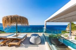 Территория. Греция, Плакиас : Современная вилла в 20 метрах от пляжа с бассейном и шикарным видом на море, 4 спальни, 3 ванные комнаты, джакузи, детская площадка, барбекю, парковка, Wi-Fi