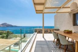 Балкон. Греция, Плакиас : Современная вилла в 20 метрах от пляжа с бассейном и шикарным видом на море, 4 спальни, 3 ванные комнаты, джакузи, детская площадка, барбекю, парковка, Wi-Fi
