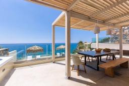 Терраса. Греция, Плакиас : Современная вилла в 20 метрах от пляжа с бассейном и шикарным видом на море, 4 спальни, 3 ванные комнаты, джакузи, детская площадка, барбекю, парковка, Wi-Fi