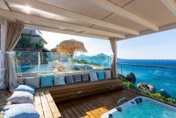 Патио. Греция, Плакиас : Современная вилла в 20 метрах от пляжа с бассейном и шикарным видом на море, 4 спальни, 3 ванные комнаты, джакузи, детская площадка, барбекю, парковка, Wi-Fi