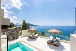 Зона отдыха у бассейна. Греция, Плакиас : Современная вилла в 20 метрах от пляжа с бассейном и шикарным видом на море, 4 спальни, 3 ванные комнаты, джакузи, детская площадка, барбекю, парковка, Wi-Fi