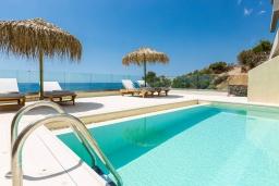 Бассейн. Греция, Плакиас : Современная вилла в 20 метрах от пляжа с бассейном и шикарным видом на море, 4 спальни, 3 ванные комнаты, джакузи, детская площадка, барбекю, парковка, Wi-Fi